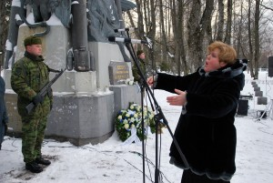 Mihkel Lüdigi nim meeskoori dirigeerib Evelin Mei Tartu rahu aastapäeval (2014) Pärnu Alevi kalmistul Foto Urmas Saard