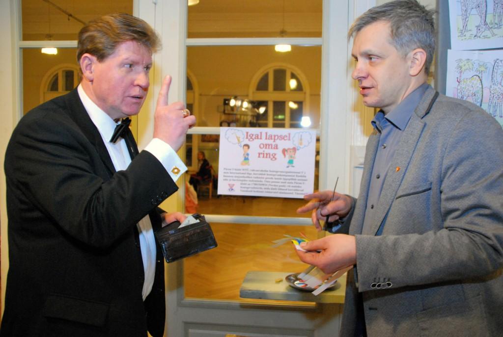 Mikko Selg (paremal) müüb euroseid loteriipileteid Foto Urmas Saard