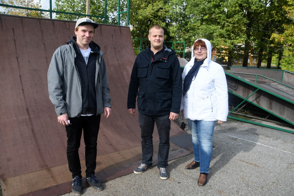 Mirko Reiman,  Rasmus Paimre ja Helle Vent 20 septembril Sindi praeguses skatepargi asukohas, kus peeti nõu tuleviku võimaluste üle Foto Urmas Saard