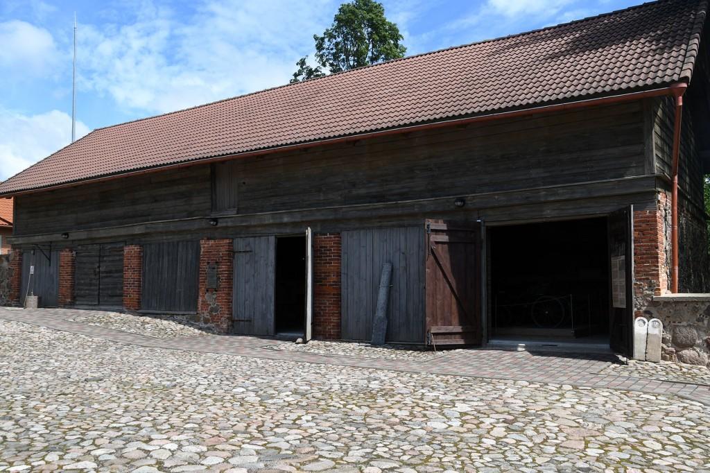Muuseumi Varbuse postijaama sisehoovi rivistuvad läbi aastakümnete laulupeolisi peole viinud vankrid ja masinad. Foto Urmas Saard
