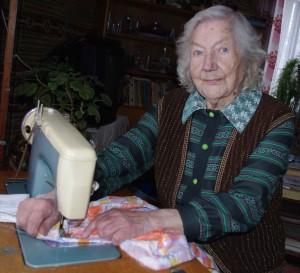 100aastadsõ Müürsepä Hilda näpu ja silmä lupasõ iks viil ummõlda. Foto: Uma Leht