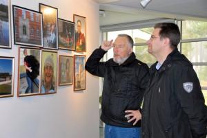 Näituse Sindi 77 autor Henn Soodla ja Sindi linnapea Marko Šorin Agapes Foto Urmas Saard