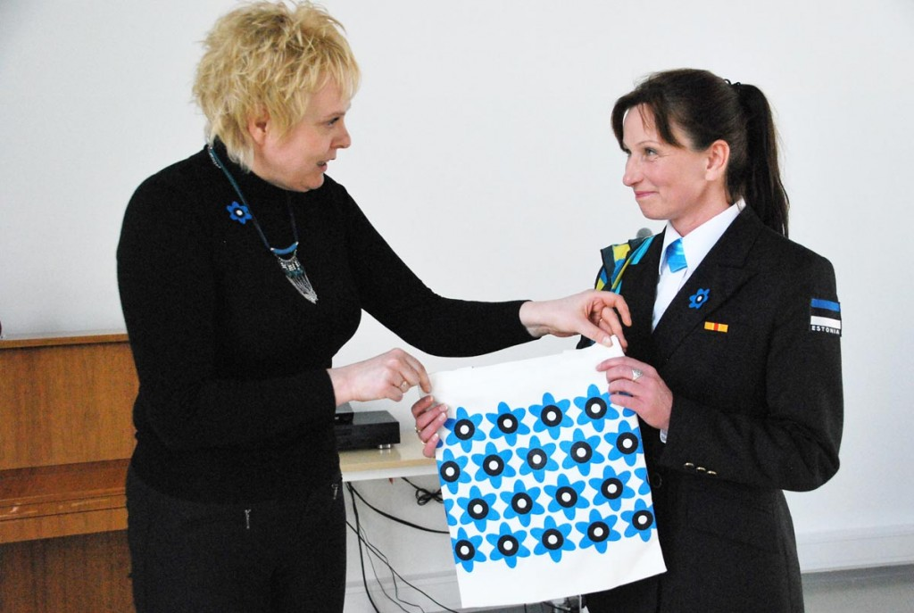 Naiskodukaitse Pärnumaa ringkonna aseesinaine Anneli Rabbi tänab Jana Otsa sinilillemärkide levitamise eest  Foto Urmas Saard