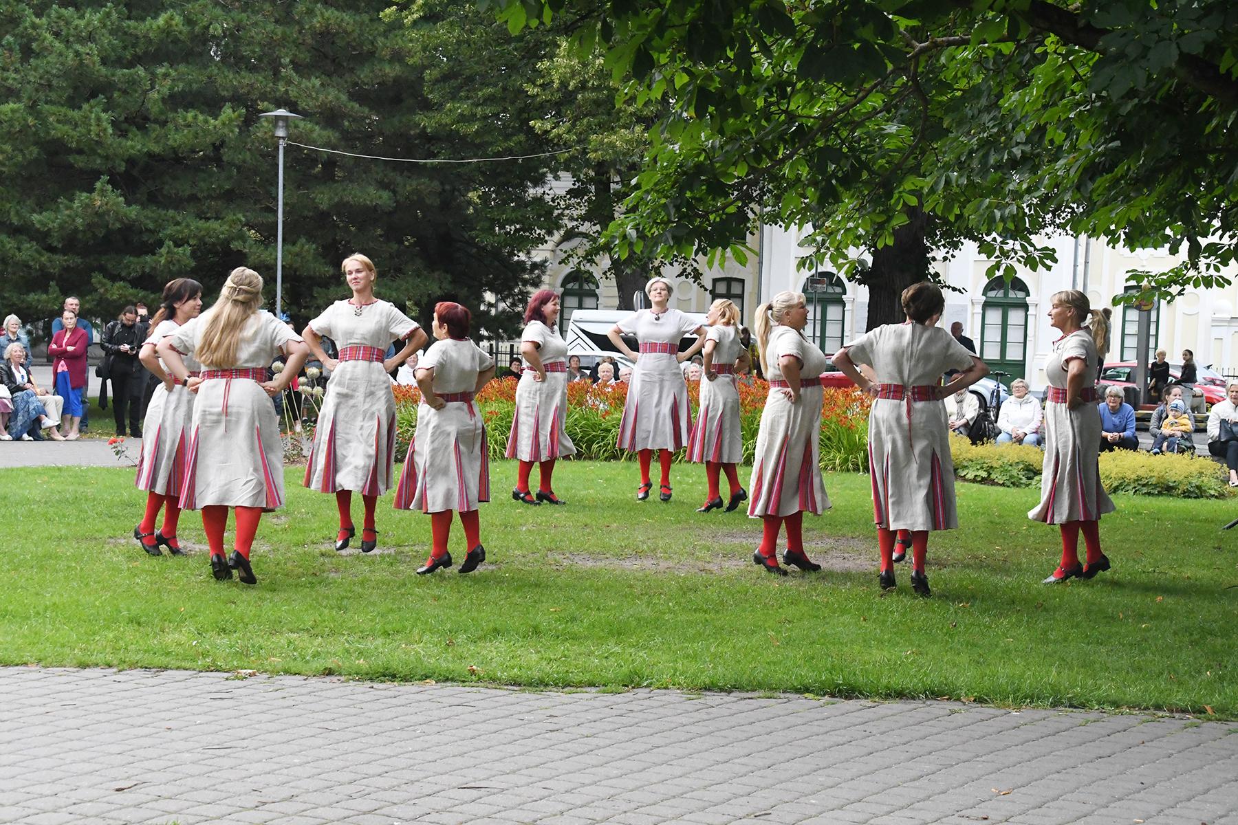 Naisrahvatantsurühm Virtin Pärnus Lastepargis. Foto Urmas Saard
