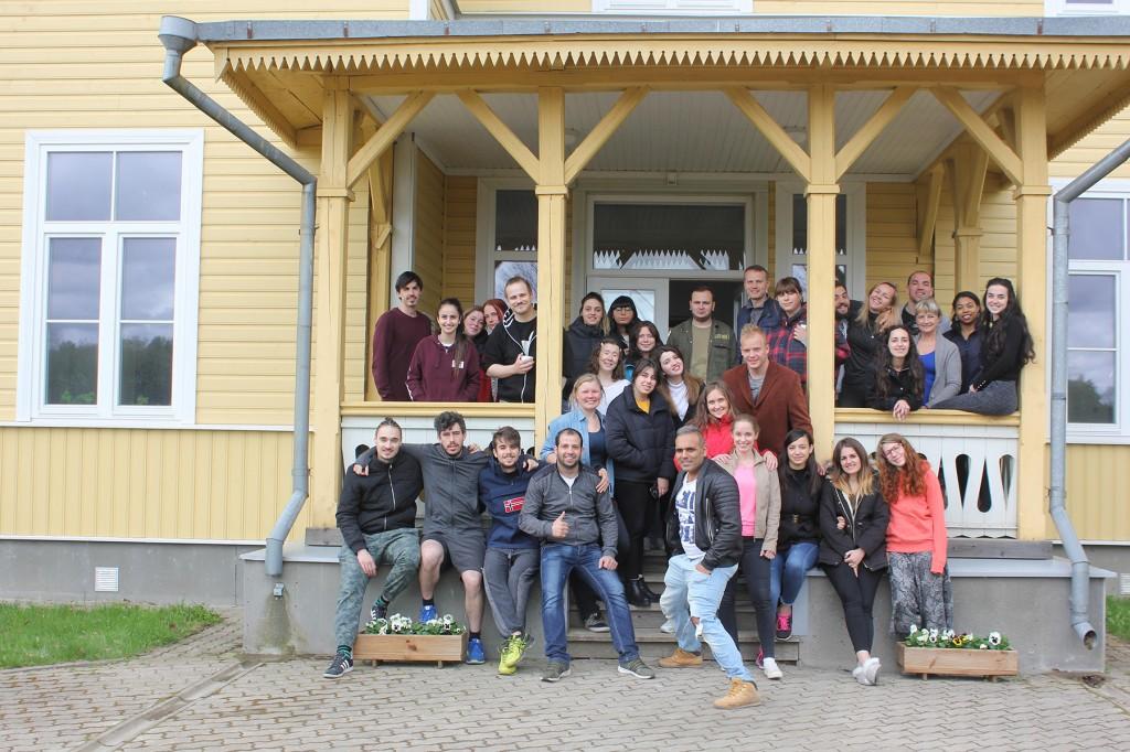 Noortevahetuse osalejad ühiselt Kildu külalistemaja pererahvaga. Foto Herkko Sõber