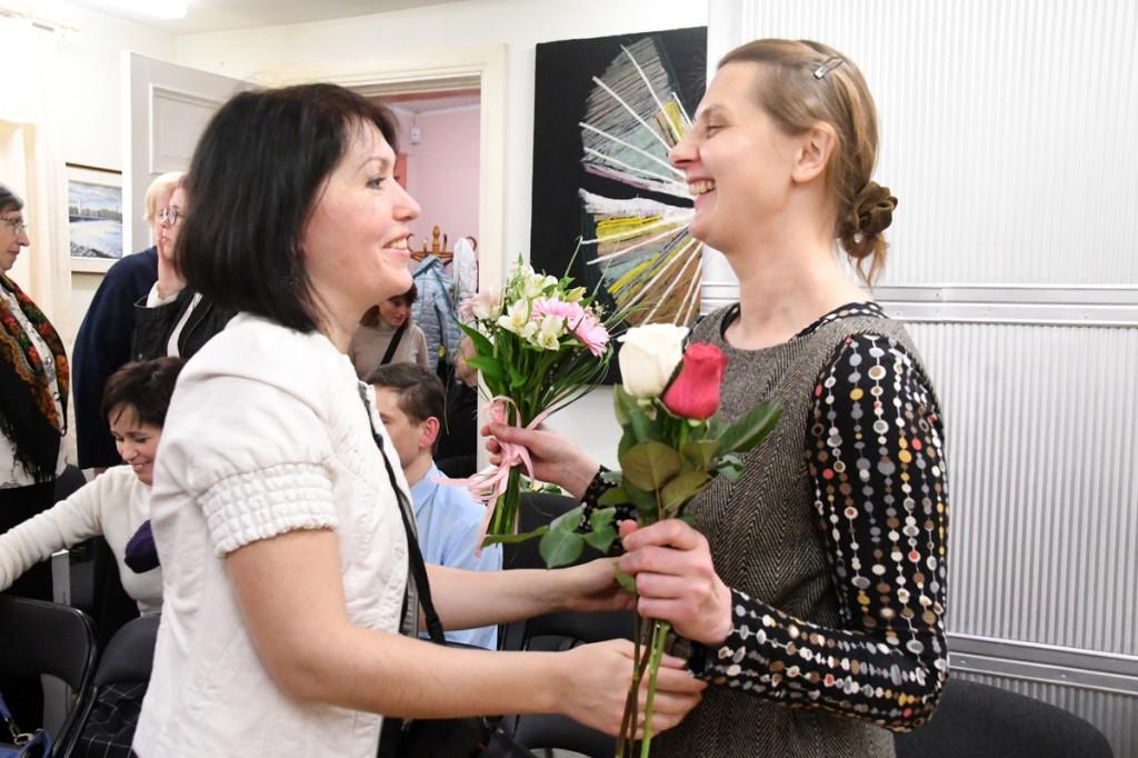Olga Belash-Karasjova tänab Aljenit kõneka näituse eest Foto Urmas Saard