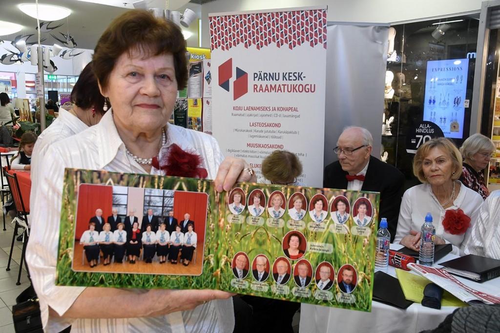 Olga Muraškina, Maarjahein ansamblivanem, tutvustab lauljate pildialbumit. Foto Urmas Saard