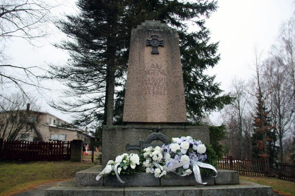Pärjad Vabadussõjas langenute mälestuspäeval Otepää Vabadussamba ees Fotod Monika Otrokova
