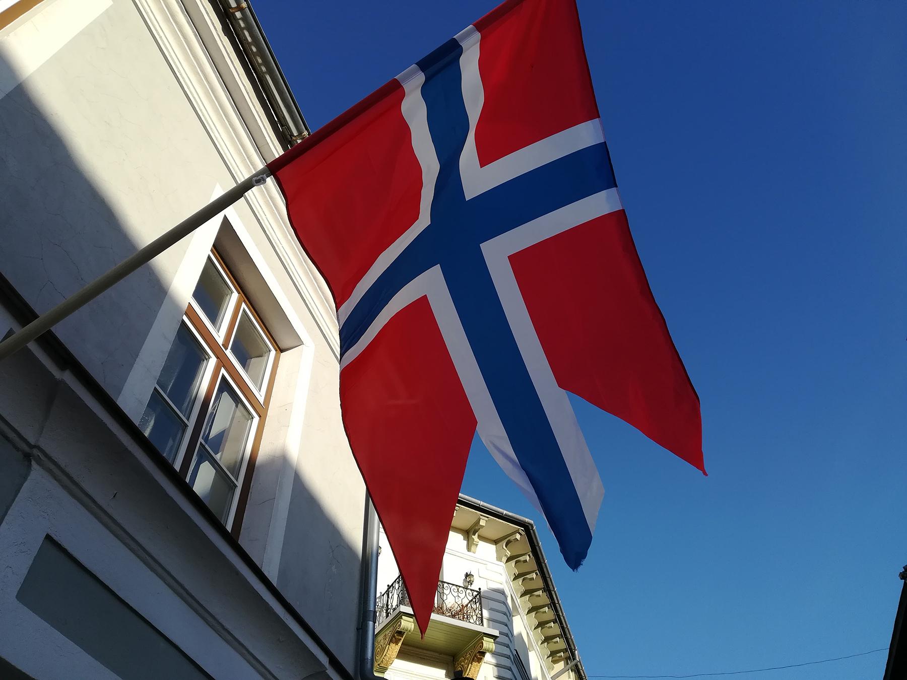 Pärnu Rüütli tänavat kaunistavad Norra lipud muutsid väikese linna südame üheks päevaks Trondheimiks. Foto: Urmas Saard