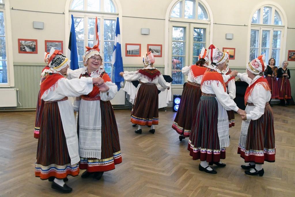 Pärnu Raeküla Vanakooli keskuse naisrühm Kaasike esineb samuti Tallinnas  pärimuspeol Baltica. Foto Urmas Saard