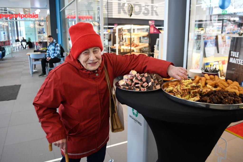 Pärnu bussijaamas kostitati varajaseid saabujaid suupistetega Foto Urmas Saard