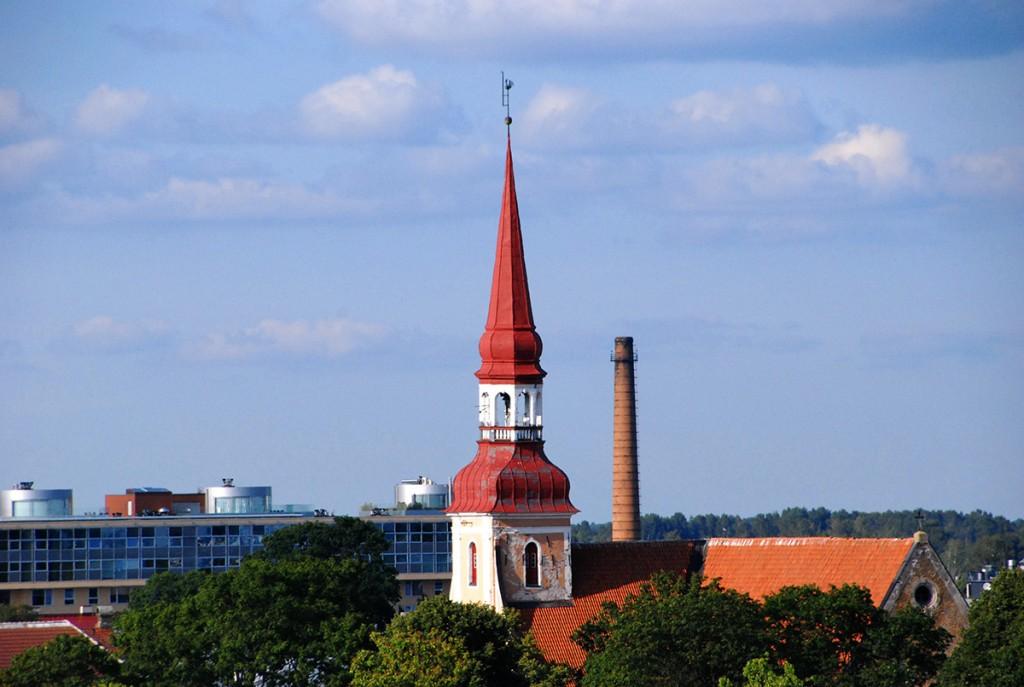Pärnu südalinnas kõrguv Eliisabeti kiriku torn on üks kaugele paistvatest maamärkidest Foto Urmas Saard