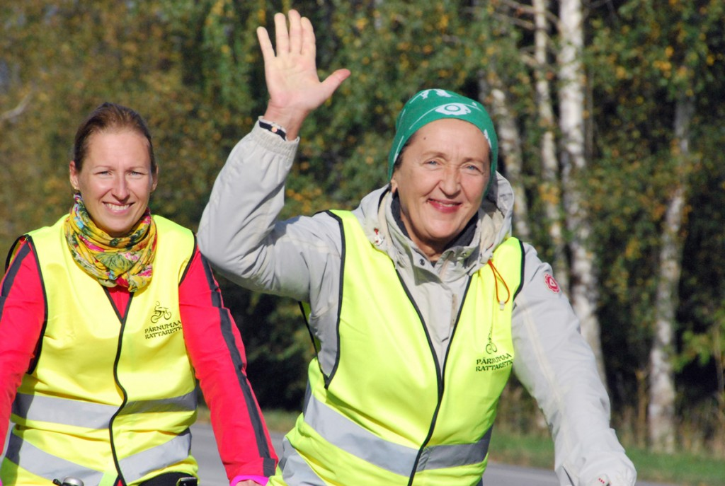 Pärnumaa rattaretkelised läbivad Sindit Foto Urmas Saard