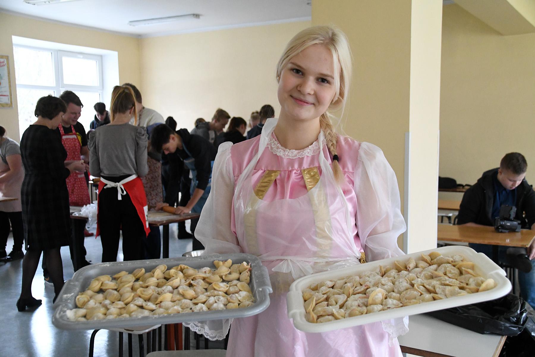 Pärnumaa vene keele päeval valmistati Sindi gümnaasiumis pelmeene. Pildil Milena Kostjukova. Foto Urmas Saard