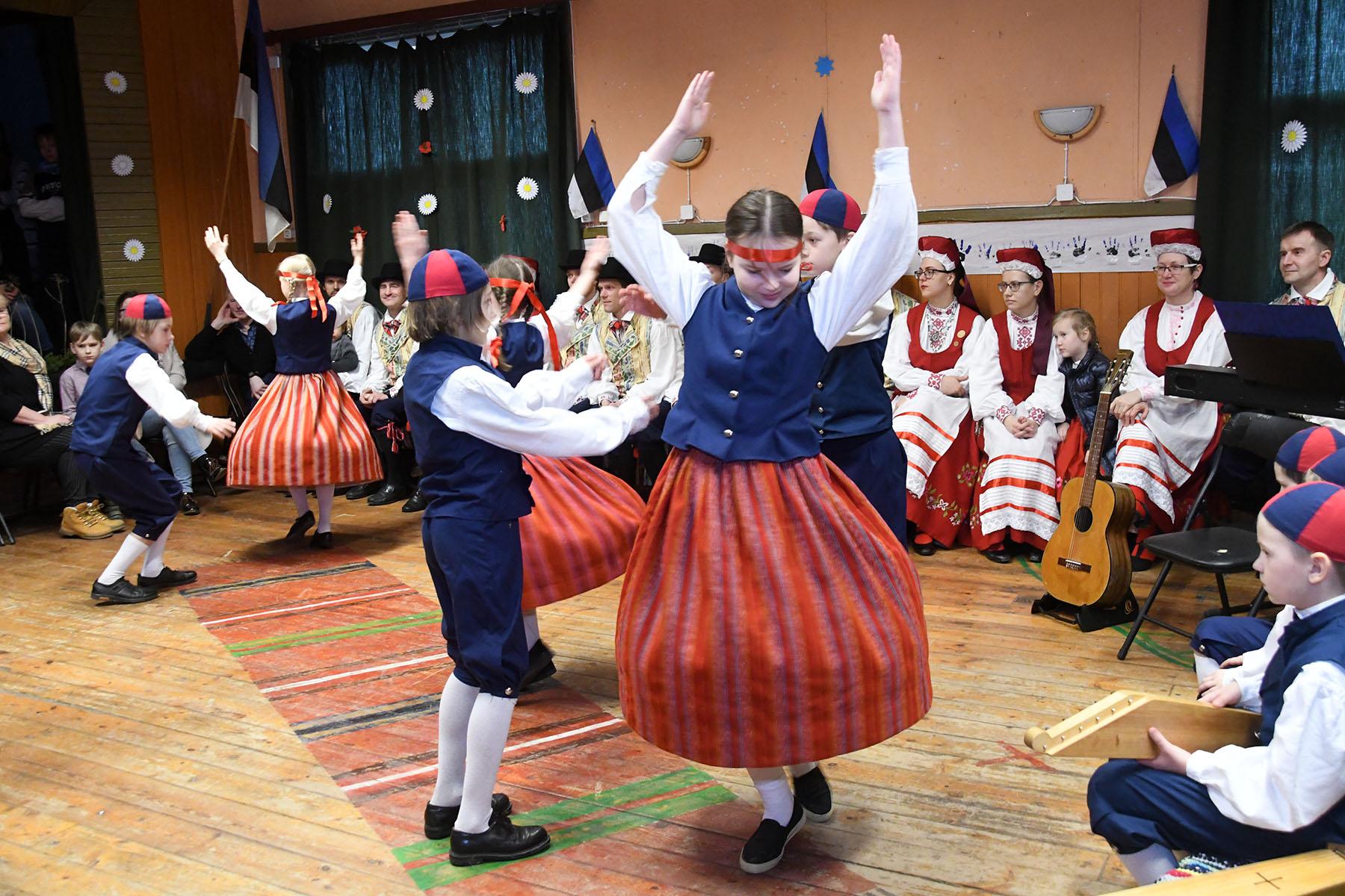Pärnumaal Lääneranna valla Metsküla rahvamajas tähistatakse Eesti Vabariigi 102. aastapäeva. Foto Urmas Saard
