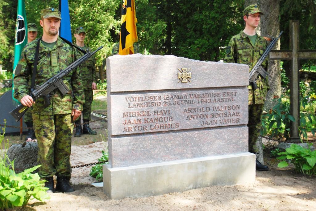 Pärnumaal Mihkli kalmistul avati metsavendade Mihkel Havi ja tema salga liikmetele hauakivi 2012. aasta 12. juulil. Foto Urmas Saard