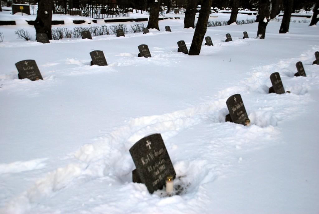Pärnus Alevi kalmistul Vabadussõjas langenute kalmudel süüdatud küünlad Foto Urmas Saard