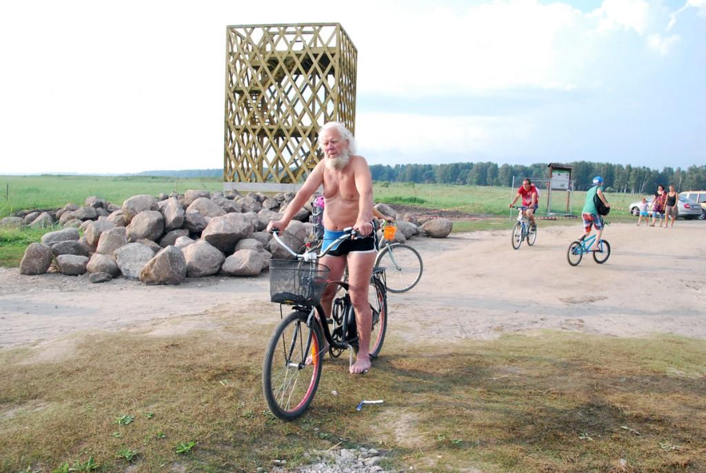 Pärnus Hirve linnuvaatlustornis (Raekülas) juhendab linnuhuvilisi kell 9 00 kuni 11 00 Eedi Lelov Foto Urmas Saard