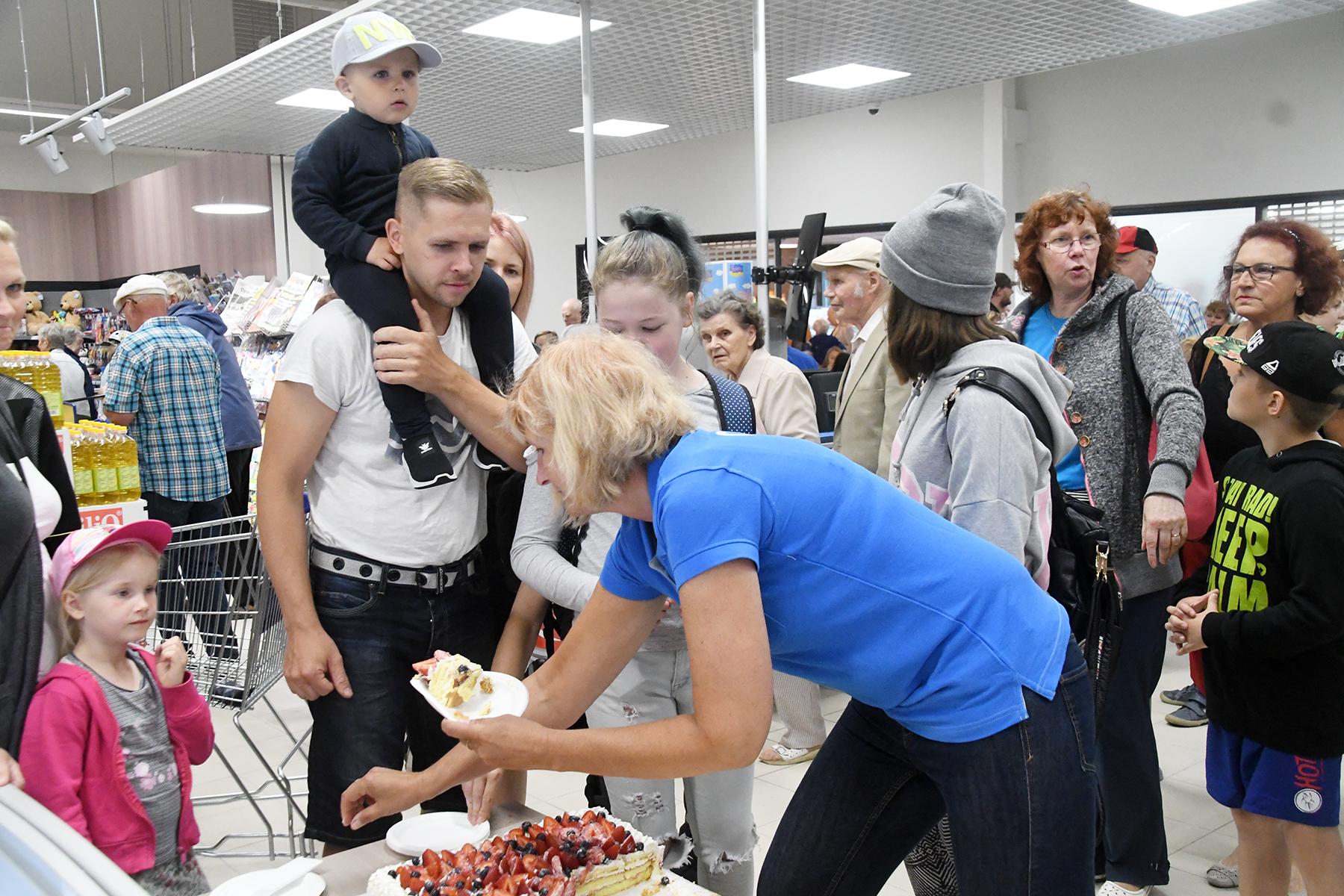 Paikuse kaubahalli avamisel pakuti Elleni firma valmistatud torti. Foto Urmas Saard