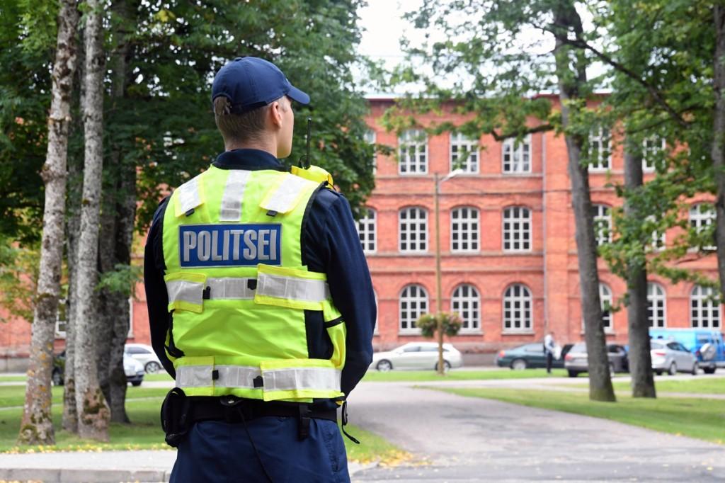 Paikuse politseikooli kadett Sindi gümnaasiumi lähedal Pärnu maantee ääres Foto Urmas Saard