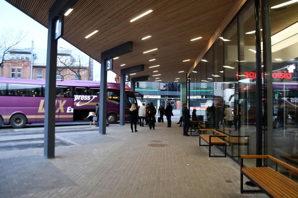 Paljudel on puhkused planeeritud ja piletid ostetud ning nüüd ei teata, mida teha. Pärnu bussijaam. Foto Urmas Saard