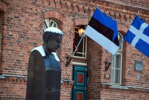 Paul Kerese büst omaaegse Pärnu Poeglaste Gümnaasiumi ees Foto Urmas Saard