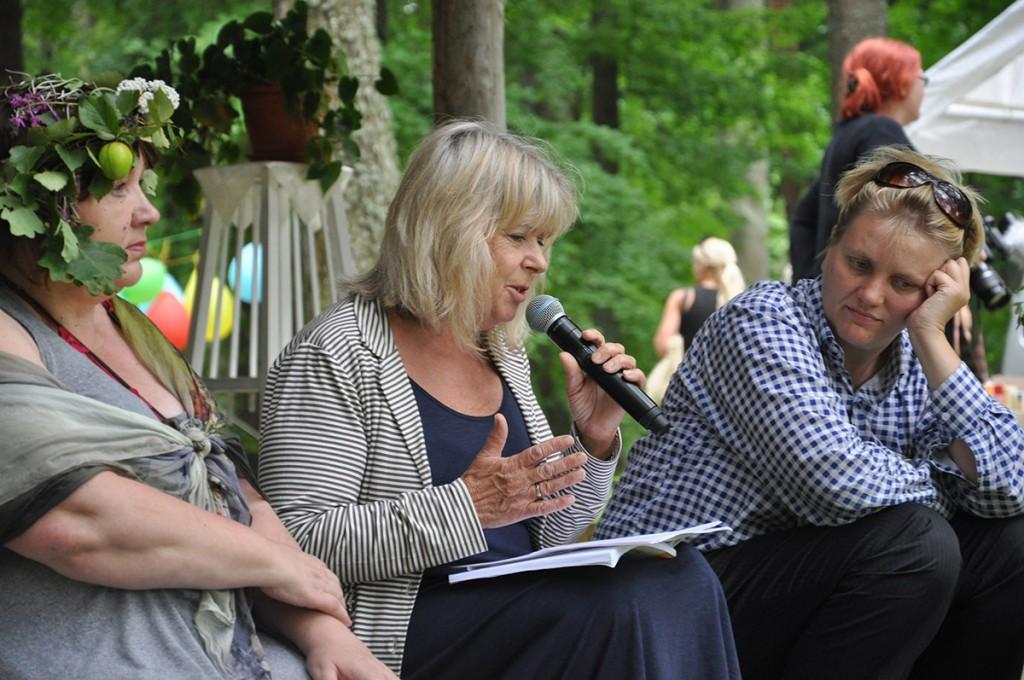Peakorraldaja Imbi Paju, kirjanik Eeva Park ja kunstnik Lilli-Krõõt Repnau Võtikvere raamatpeol 2017 Foto Riina Mägi