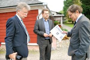 Peeter Hütt, Marko Šorin ja Jüri Trei Sindi muuseumi juures Foto Urmas Saard
