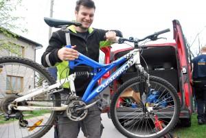Per Anton Nilsson tõstab järgmise jalgratta autolt maha Foto Urmas Saard