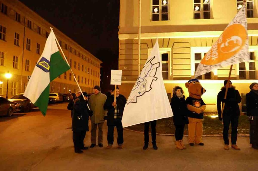 Petserimaa lipuga Tartus Vanemuise tänaval. Foto Edgar Saar