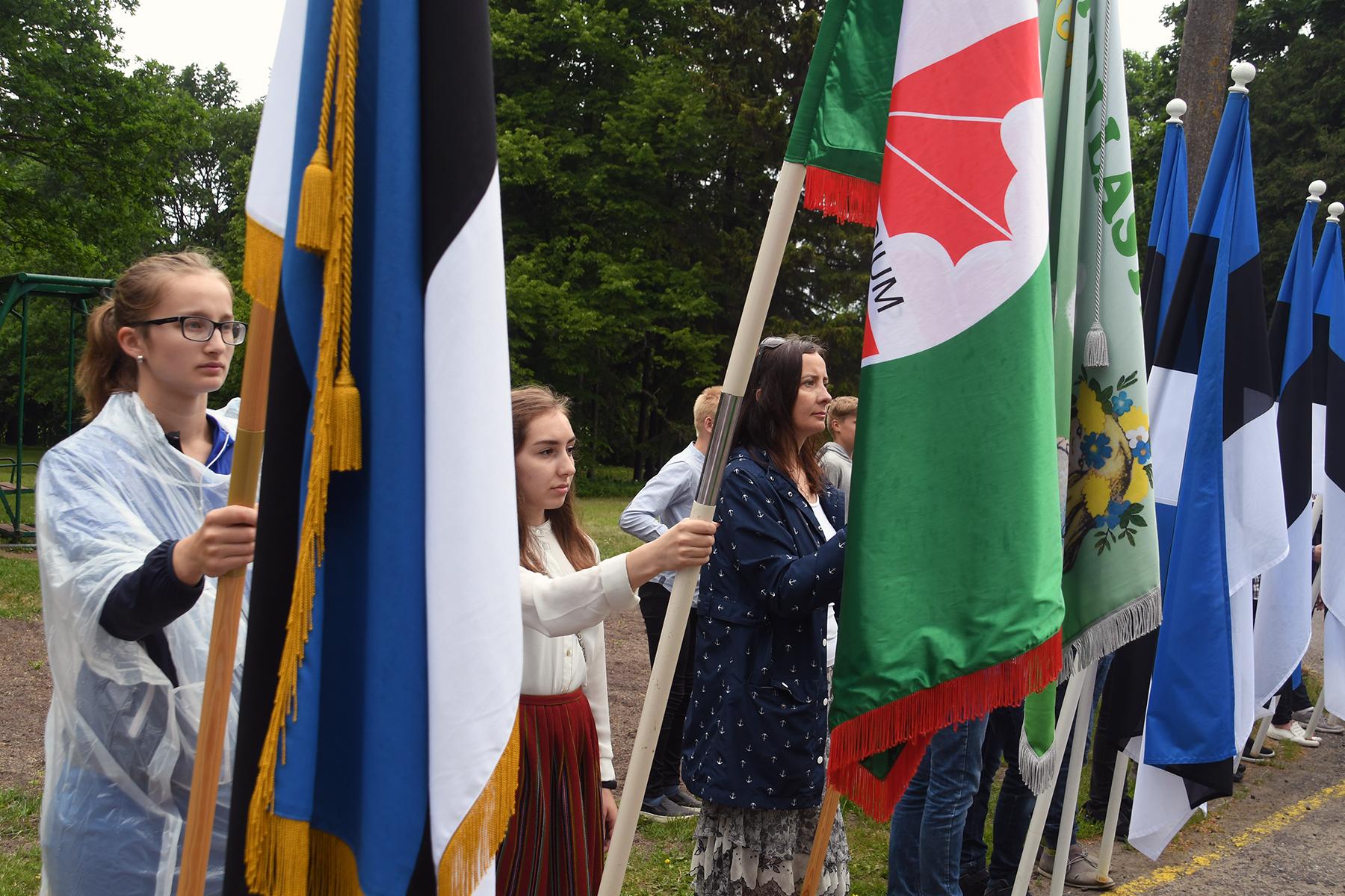 Pidulik lipurivistus Sindi linna raekoja ees 2018. a lipu päeval. Foto Urmas Saard