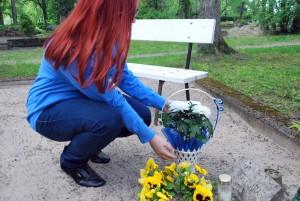 Pille-Riin Karuse asetab lilled Viktor Araku kalmule  Foto Urmas Saard