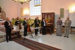 Pillimeeste tänamine koguduse poolt: K. Jõgi ja H. Aosaar.