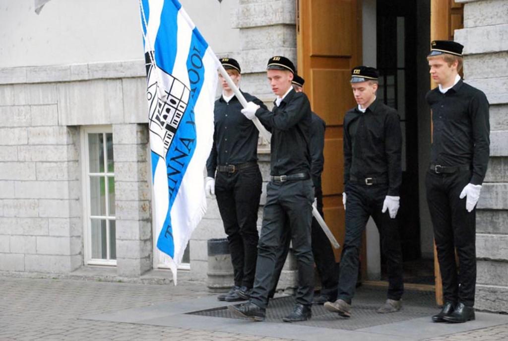 Pilt meenutab 2014 a mais toimunud Tallinna 21 kooli liputoimkonna ja inspitsiendigrupi demonstratsioonesinemist Sindi gümnaasiumi ja Paikuse põhikooli õpilastele Foto Urmas Saard