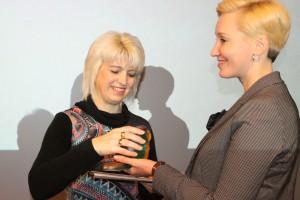 Põlvamaa aasta noorsootöötaja koolis autasu pälvinud Põlva ühisgümnaasiumi huvijuht Annika Ladva.