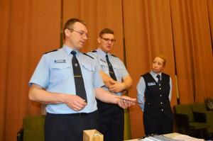 Politseijuhid M. Kaldma, J. Sildoja ja Õ. Kopli teavet jagamas.