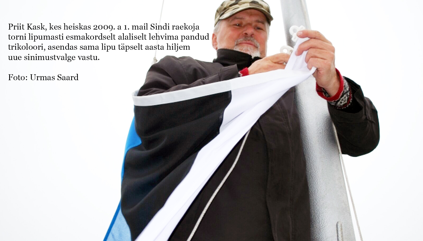 Priit Kask, kes heiskas 2009. a 1. mail Sindi raekoja torni lipumasti esmakordselt alaliselt lehvima pandud trikoloori, asendas sama lipu täpselt aasta hiljem uue sinimustvalge vastu. Foto Urmas Saard