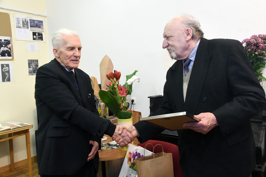 Priit Neeme annab Pärnumaa spordiajaloo seltsi poolt Heldor Kääratsile üle tänukirja. Foto Urmas Saard