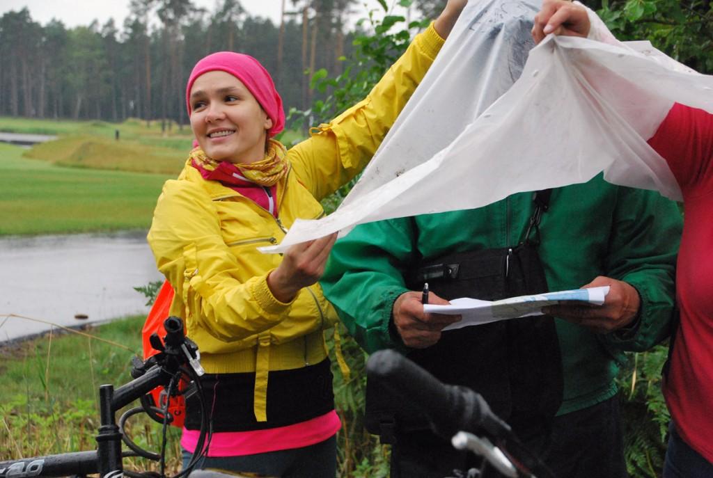 Priit Neeme uurib vihmavarju all kaarti Foto Urmas Saard