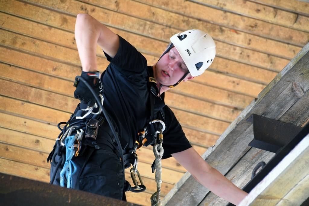 Protone OÜ töömees paigaldab Sindi Rocki tarbeks lavakonstruktsioone Foto Urmas Saard