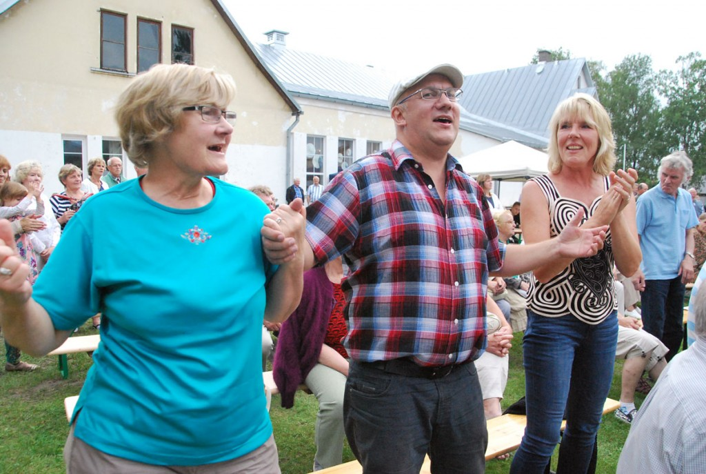 Publik pidutseb külapillimeeste kokkutulekul Foto Urmas Saard