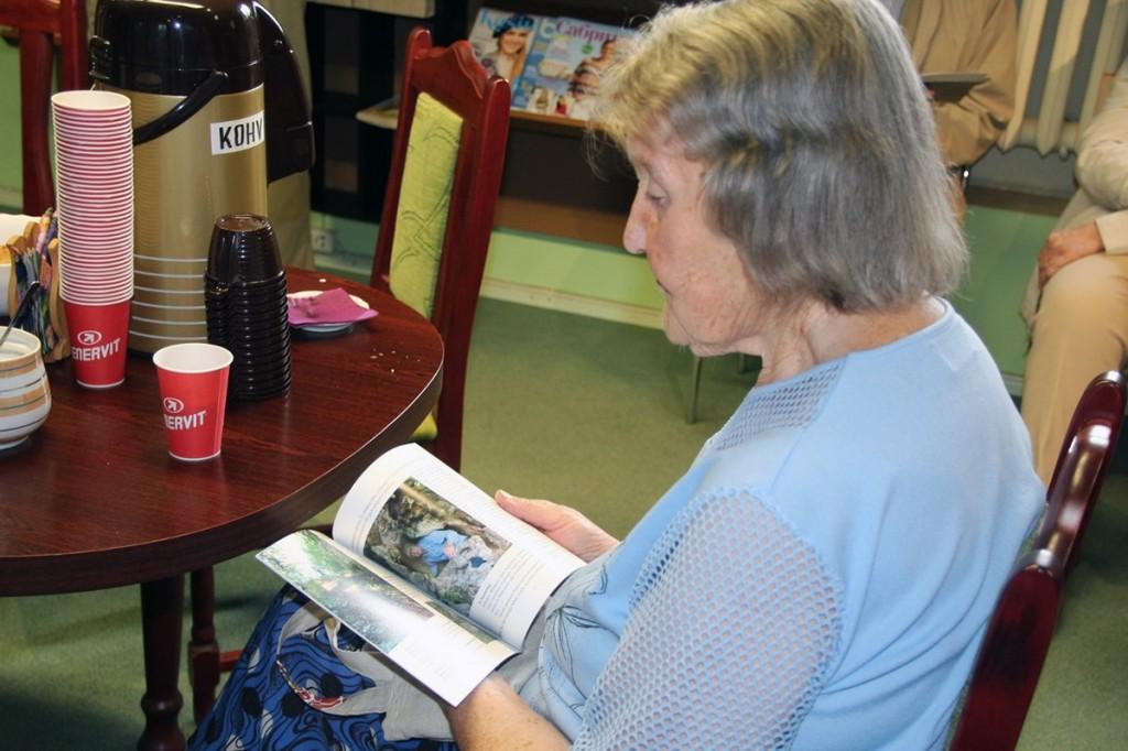 Raamatu Kõik teed viivad Arulasse. Päästetud pärimused esitlusel Otepää linnaraamatukogus Foto Monika Otrokova