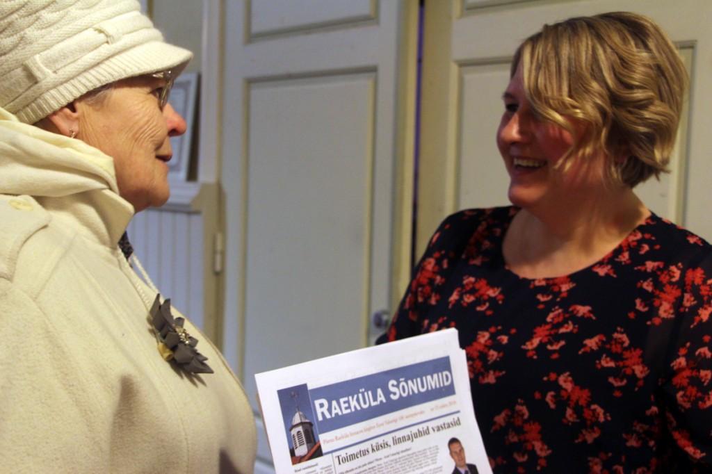 Raeküla Sõnumite keeletoimetaja Inga Mänd ja lehe kujundanud Piia Karro-Selg tunnevad rõõmu trükisoojast lehest Foto Mikko Selg