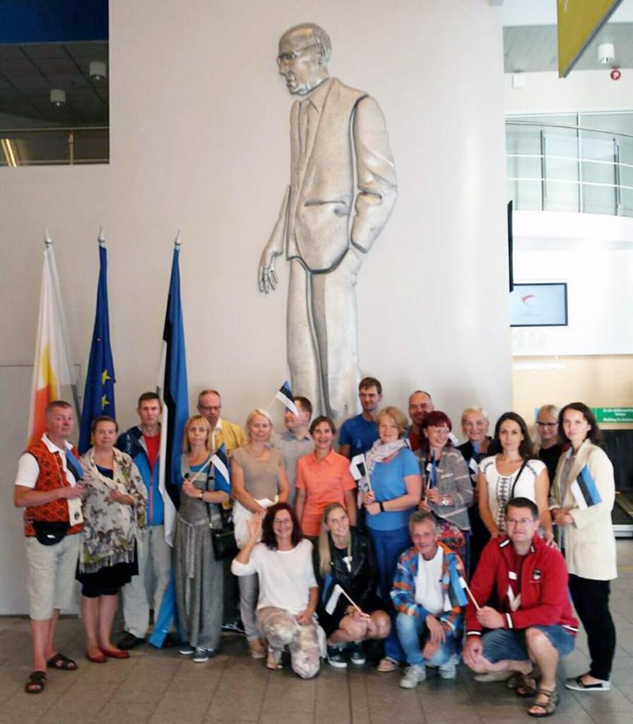 Rahvatantsurühm Kirmas alustab Lennart Meri Tallinna lennujaamast teekonda Indoneesiasse Foto reisilt