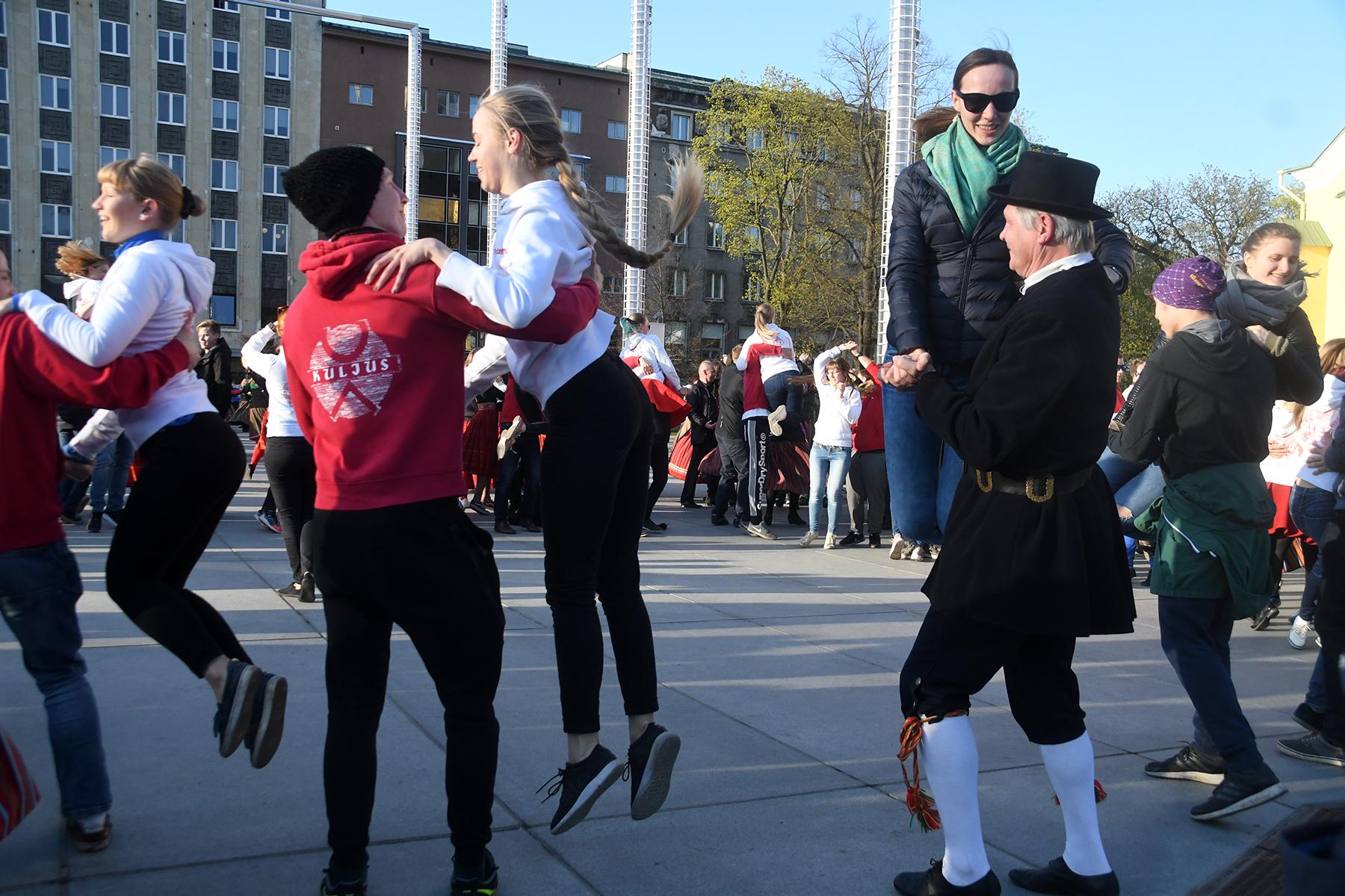 Rahvusvaheline tantsupäev Tallinnas Vabaduse väljakul. Foto Urmas Saard