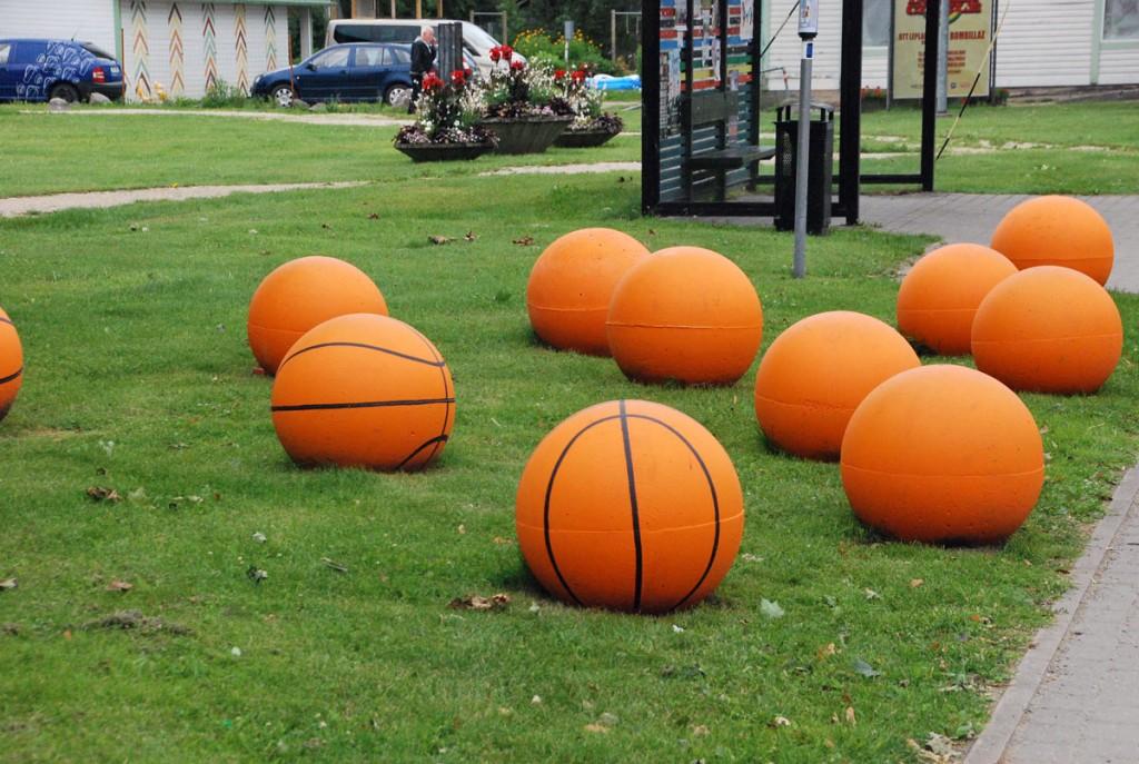 Rapla kesklinnas tervitavad korvpallid Foto Urmas Saard