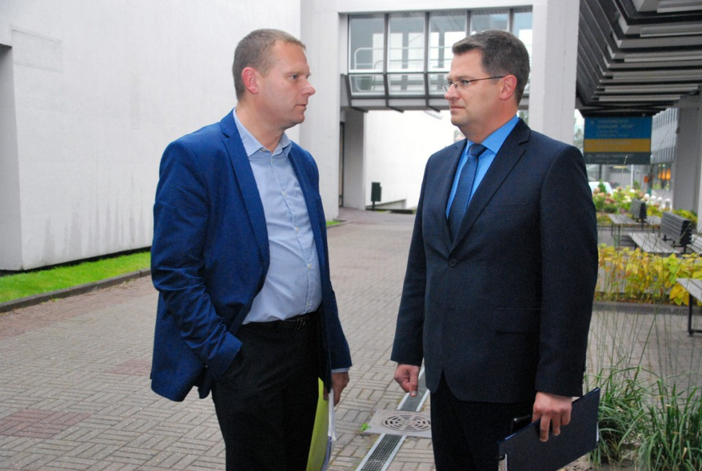 Romek Kosenkranius ja Marko Šorin jätkavad vestlust veel pärast Tervise  keskusest väljumistki Foto Urmas Saard