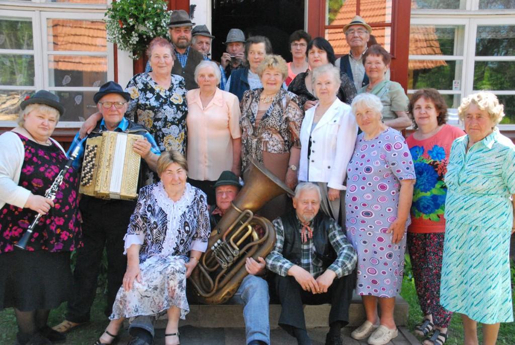 Rotiküla vanamehed koos Sindi pensionäridega sotsiaaltöökeskuse maja trepil Foto Urmas Saard