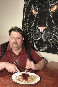 Jõgeva Lionsklububi president Jaan-Ivo Lukas Jõgeva Ärikeskuses asuvas kohvikus Panther pannkoogieinet võtmas. Foto: erakogu