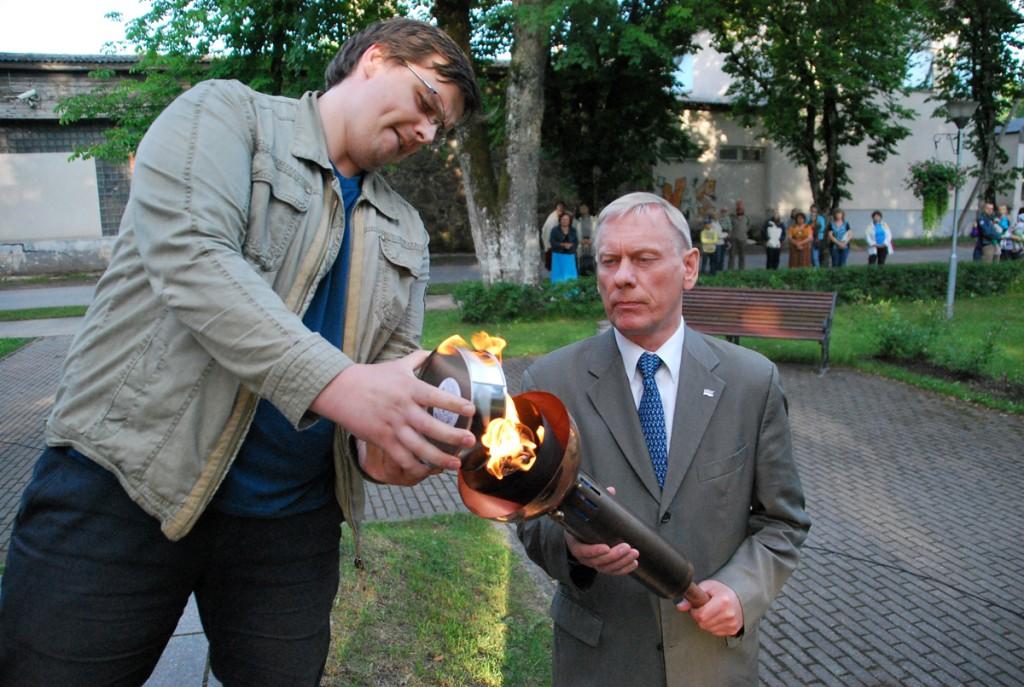 Saarde vallavanem Andres Annast võtab mälestustulest tuld, et asetada see Kilingi-Nõmme Vabadussõja ausamba jalamile Foto Urmas Saard